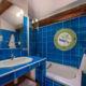 Salle de bains dans villa familiale avec piscine