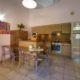 Salon et cuisine dans villa familiale avec piscine
